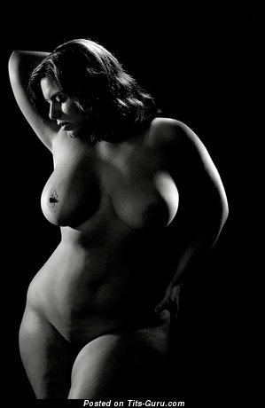 Тёлка с шикарным оголённым натуральным большим бюстом (секс картинка)