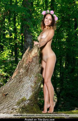 Arina F - фотография горячей раздетой модели с натуральной грудью