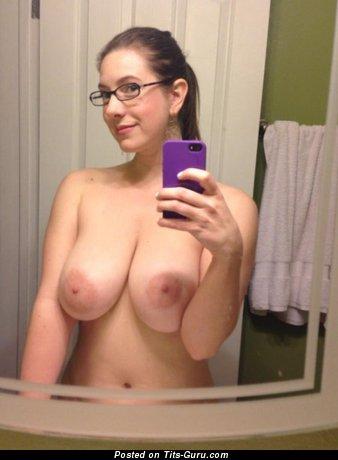 Изображение. Селфи изображение невероятной обнажённой женщины с большими натуральными дойками, большими сосками