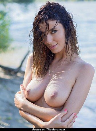 Elegant Babe with Good-Looking Exposed Natural Medium Sized Boobie (Xxx Pic)