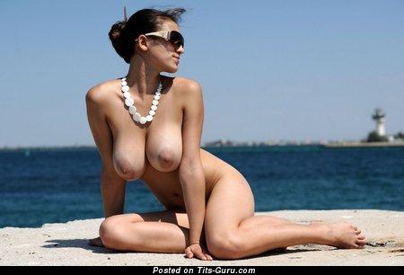 Изображение. Sofi A - картинка офигенной обнажённой брюнетки с среднего размера натуральными сисечками