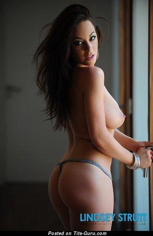 Изображение. Lindsey Strutt - фото невероятной голой брюнетки с большими натуральными сиськами