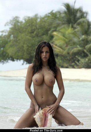 Lucy Becker - изображение умопомрачительной голой брюнетки с средними силиконовыми сиськами