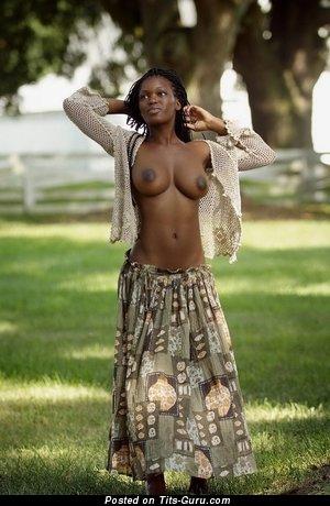 Изображение. Изображение обалденной обнажённой негритянки с натуральными сисечками