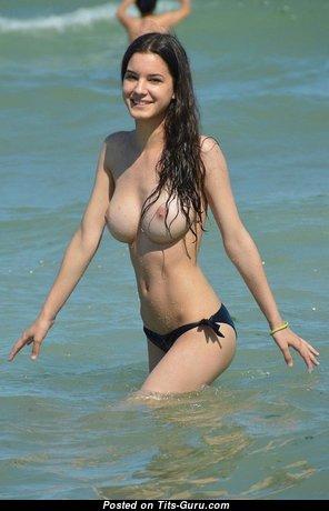 Брюнетка красотка с горячей обнажённой среднего размера грудью на пляже (частное секс фото)