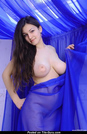 Топлесс брюнетка красотка с эффектной обнажённой натуральной грудью (4k ню фотография)