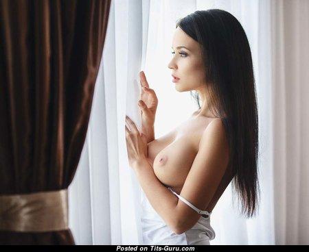 Красотка с горячим обнажённым средним бюстом (эротическое фото)