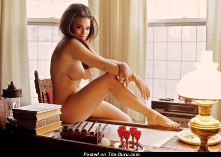 Изображение. Фотка горячей раздетой леди с средней грудью