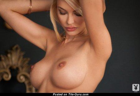 Изображение. Фотография сексуальной раздетой тёлки с силиконовыми сиськами