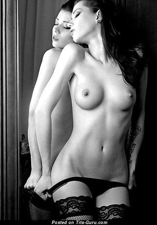 Фотография невероятной девахи топлесс с маленькие натуральными сисечками