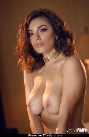 Darcie Dolce - изображение восхитительной обнажённой латиноамериканки с среднего размера натуральной грудью