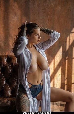 Unknown Beauty: гламурная и топлесс блондинка Playboy красотка с эффектными обнажёнными натуральными среднего размера сисяндрами,огромными сосками,сексуальными ногами в нижнем белье занимается спортом (ню фото)
