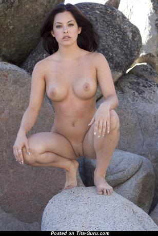 Изображение. Фотка шикарной раздетой девушки с средними сиськами
