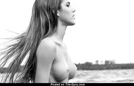 Изображение. Roberta Murgo - фотография красивой брюнетки латиноамериканки топлесс с среднего размера натуральной грудью