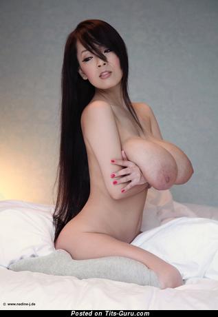 Hitomi Tanaka - фото шикарной брюнетки азиатки топлесс с большими натуральными сиськами, большими сосками