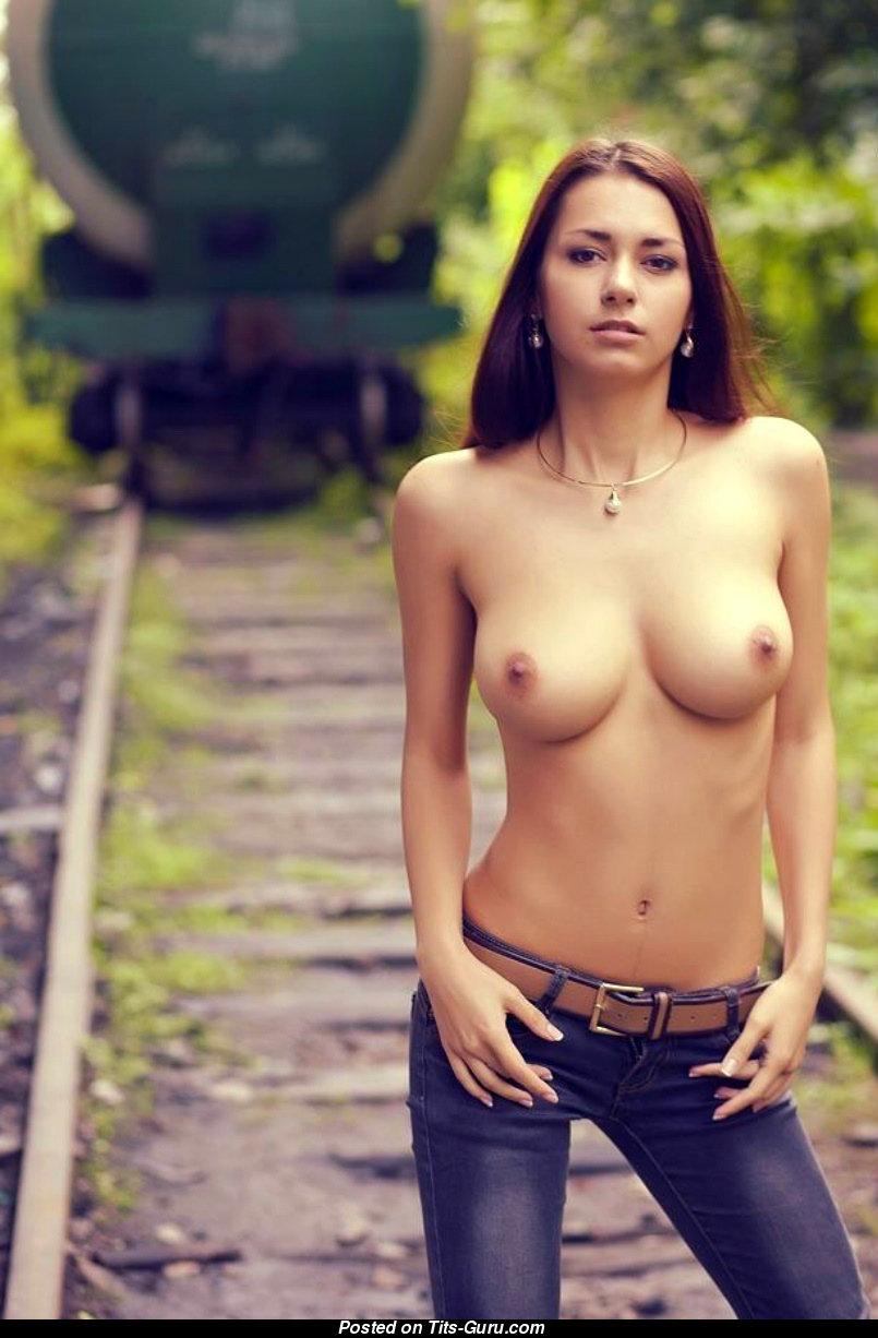 Голая девушка грудь