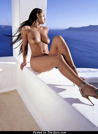 Фотка сексуальной голой девахи с среднего размера дойками