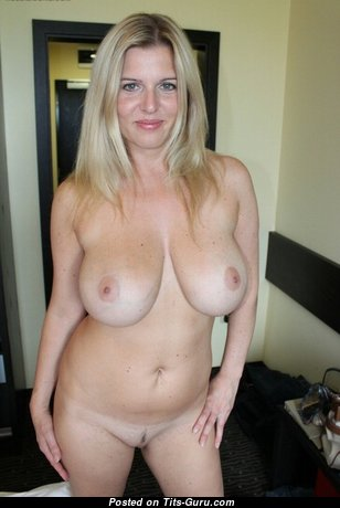Hot Babe with Hot Bare Real Mid Size Boobs (Porn Foto)