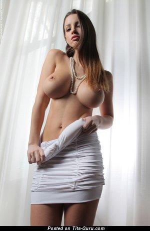 Фотка сексуальной чувихи топлесс с большими сиськами