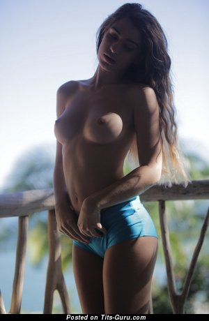 Изображение. Картинка офигенной голой женщины с среднего размера грудью