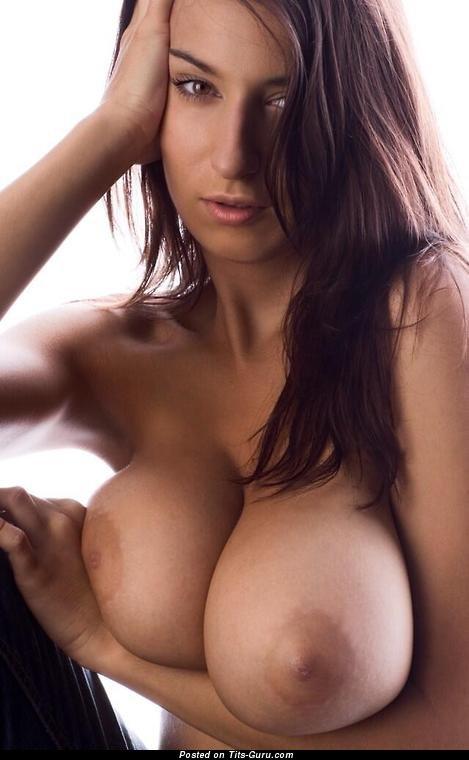 Brunette With Open Natural Mega Tittes Porn Foto 1212 -8910