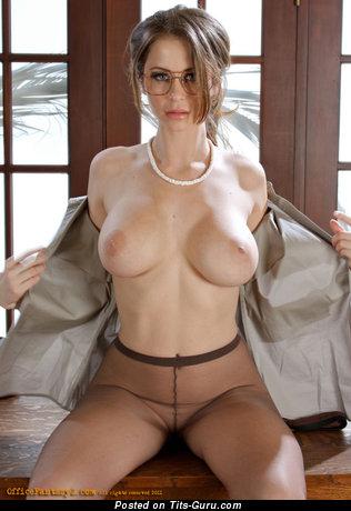 Изображение. Emily Addison - картинка восхитительной голой девахи с большой натуральной грудью