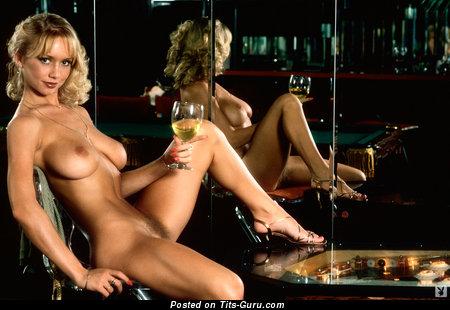 Изображение. Kym Malin - фотография красивой раздетой блондинки с средней грудью ретро