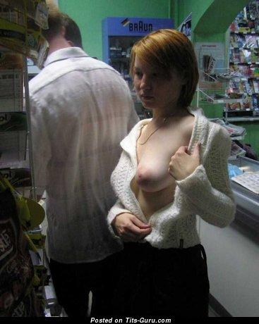 Леди с крутым обнажённым натуральным средним бюстом (личное интимное фото)