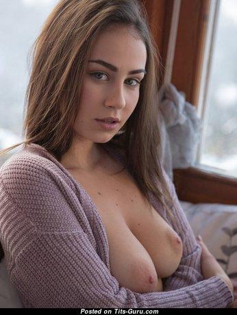 Гламурная красотка с сексуальным голым средним бюстом (hd порно изображение)