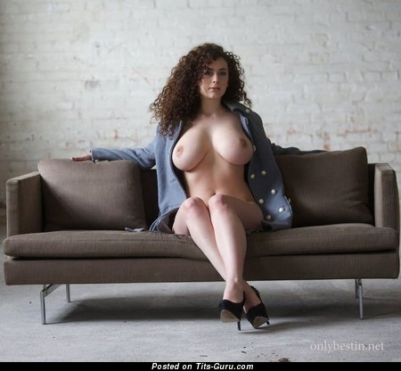 Leila Lowfire - картинка офигенной обнажённой брюнетки с большими натуральными сисечками