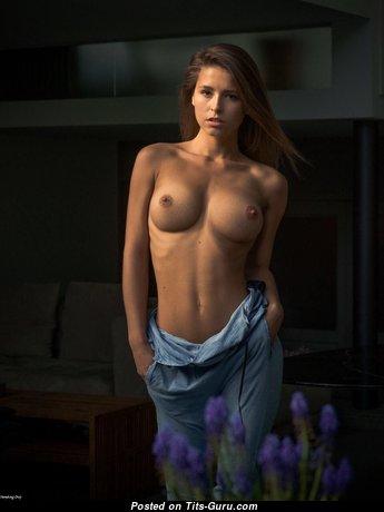Красотка с классным оголённым силиконовым среднего размера бюстом (hd 18+ изображение)