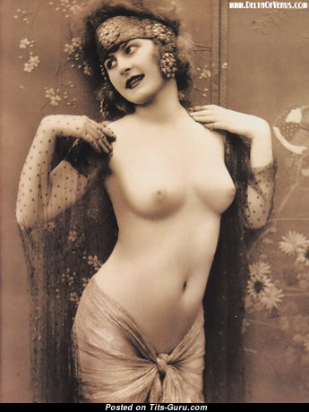 Фотография сексуальной обнажённой брюнетки ретро