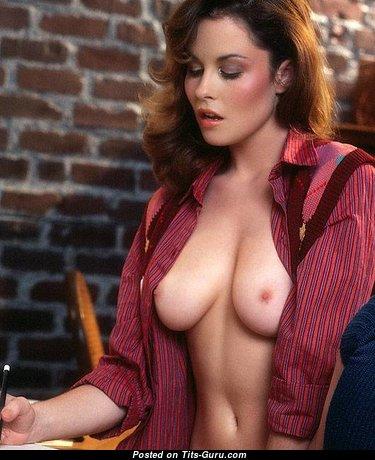 Топлесс рыжие и брюнетки Playboy красотка с крутыми голыми натуральными среднего размера сиськами (ретро секс фото)