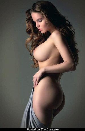 Фотка красивой обнажённой брюнетки с средней натуральной грудью