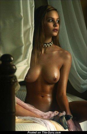 Изображение. Фото шикарной раздетой девушки с средней натуральной грудью