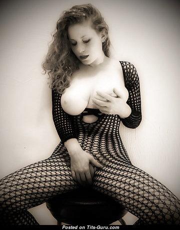 Playboy красотка с обалденной оголённой натуральной средней грудью и пухлыми сосками (18+ фото)