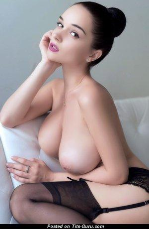 Изображение. Фотка сексуальной брюнетки топлесс с среднего размера сисечками, большими сосками