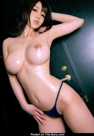 Топлесс азиатская красотка с умопомрачительным оголённым средним бюстом (порно фото)