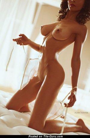 Изображение. Фотка восхитительной голой девушки с большими дойками