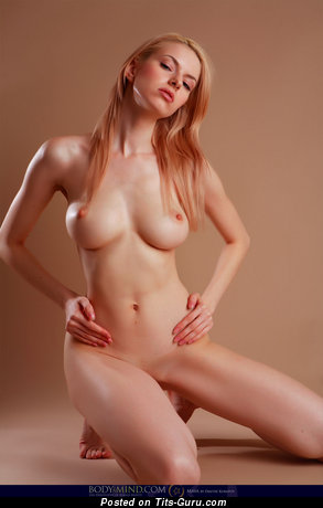 Izolda Queen - naked wonderful lady with medium tittys photo