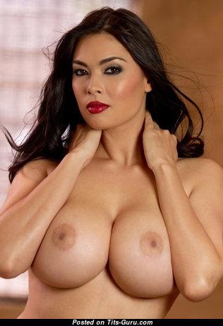 Красотка с сексуальными обнажёнными среднего размера титьками (ню изображение)