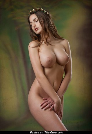 Nude brunette with medium natural tittys pic