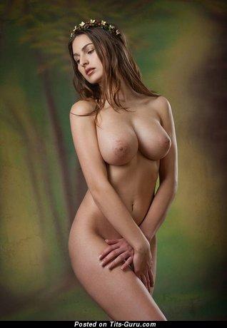 Фото шикарной раздетой брюнетки с средними натуральными дойками