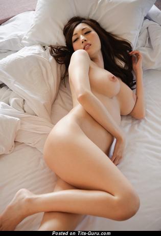 Julia Boin - изображение невероятной обнажённой брюнетки азиатки с средней грудью, большими сосками
