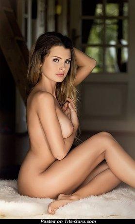 Красотка с супер обнажёнными натуральными средними сисями (секс фотка)
