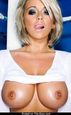 Фото офигенной обнажённой девахи с большими сиськами