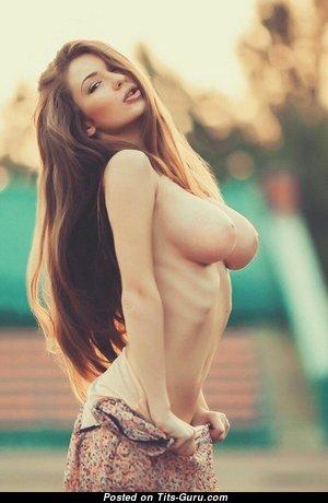Топлесс тёлка с умопомрачительной оголённой натуральной средней грудью (ххх фото)