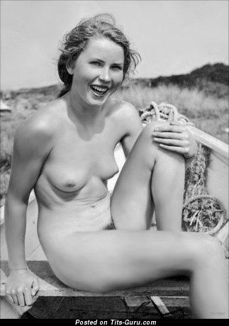 Изображение. Фотография шикарной голой тёлки с маленькие натуральными сисечками ретро