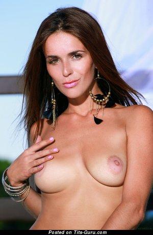 Fernanda: деваха с офигенными обнажёнными натуральными среднего размера сисечками (hd секс изображение)