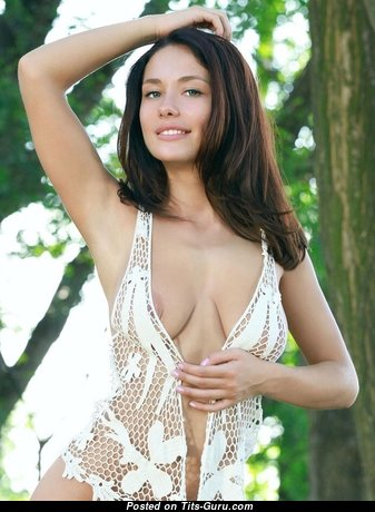 Красотка с сексуальным оголённым натуральным среднего размера бюстом (порно изображение)